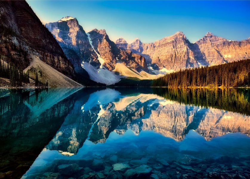 paisajes de montañas y lagos reflejo